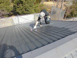 三重県名張市屋根瓦に下塗り塗装1