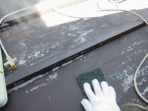 トタン屋根塗装 サンドペーパーで研磨