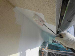 宇陀市 モルタル外壁に下塗り材の水性ソフトサーフを塗る1