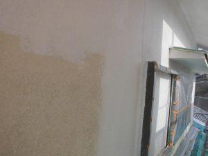 宇陀市 モルタル外壁に下塗り材の水性ソフトサーフを塗る2