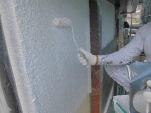 名張市 ひび割れを埋める重要な工程の下塗り材を外壁塗装