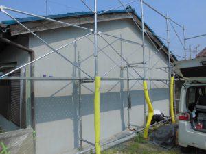 桜井市 外壁に下地のモルタルを塗って乾燥後に下塗り塗装