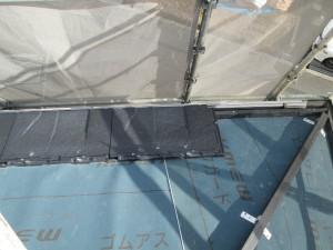 【屋根工事・屋根リフォーム・雨漏り修理】三重県津市T様邸  屋根の本体(ケミューのルーガ)を取り付けます。