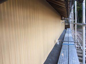 名張市 クリーンマイルドシリコンをトタン壁に塗装(上塗り仕上げ)